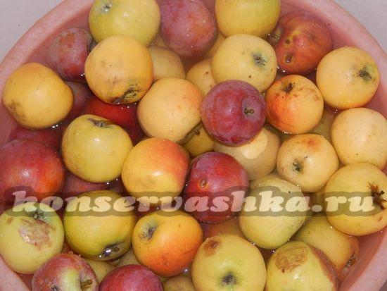 Яблоки нужно замочить в тазу