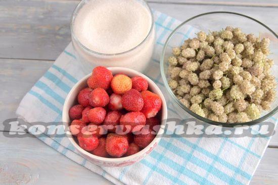 Ингредиенты для приготовления сырого варенья из клубники и шелковицы