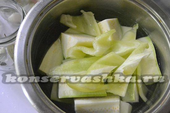 Вскипятите воду в ковше и опустите в неё кабачки, добавьте горсть соли и бланшируйте 5-7 минут