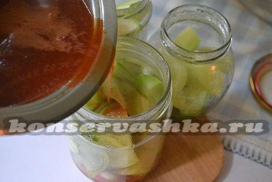 Закрутите плотно крышки на кабачках в кетчупе и переворачивайте банки