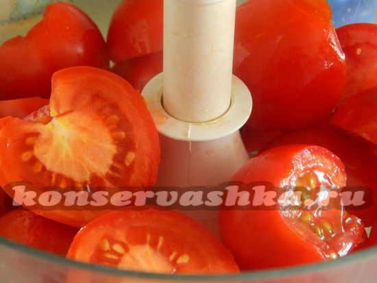 Нарезанные томаты складываем в чашу комбайна