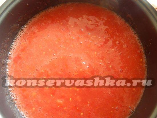 Переливаем томатный сок в чашу мультиварки