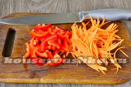 морковь натереть, перец нарезать