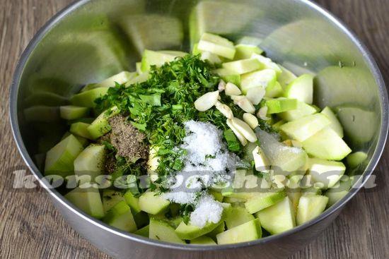 добавить чеснок соль и перец