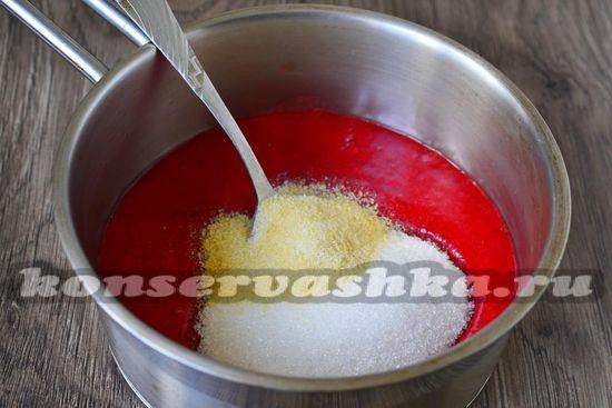 смешиваем клубничную массу, сахар и желатин