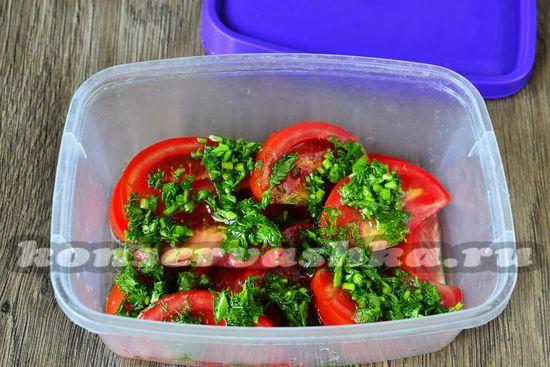 Заливаем им дольки томатов и посыпаем зеленью