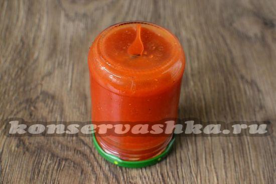 разлить горячий кетчуп по  стерильным баночкам