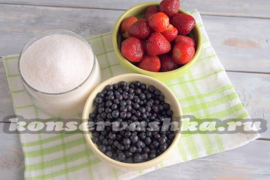 Ингредиенты для приготовления черники и клубники в собственном соку