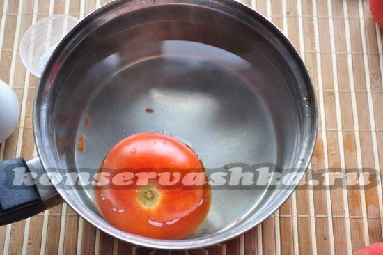 ложу помидор в горячую воду