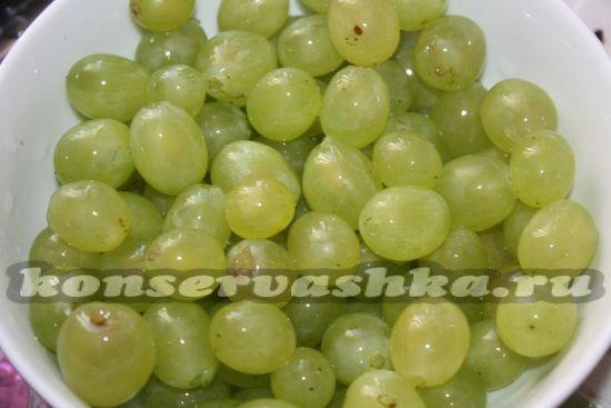 отделяем ягоды винограда
