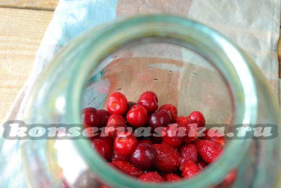 В чистую банку кладем промытые ягоды