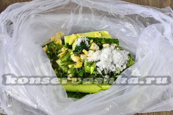 уложить  в пакет огурцы, укроп, чеснок и соль