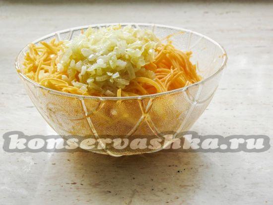 Добавьте лук вместе с горячим растительным маслом со сковородки к тыкве