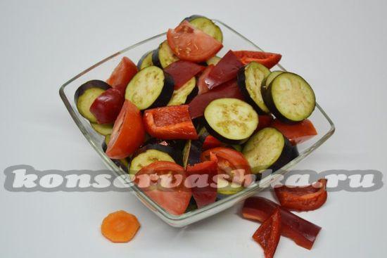 нарезать крупно томаты и баклажаны