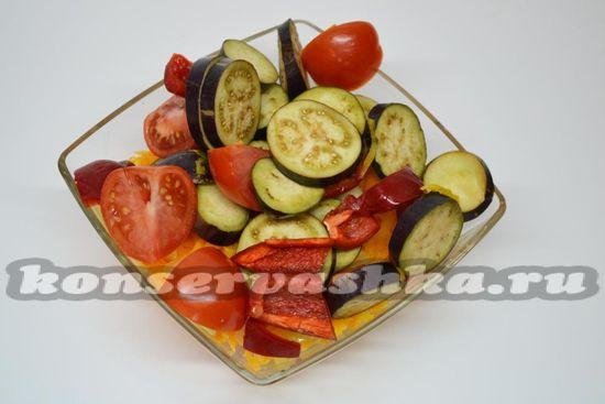 Смешиваем свежие и обжаренные овощи.