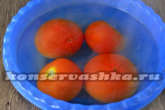 на каждом помидоры небольшие надрезы в форме крестика