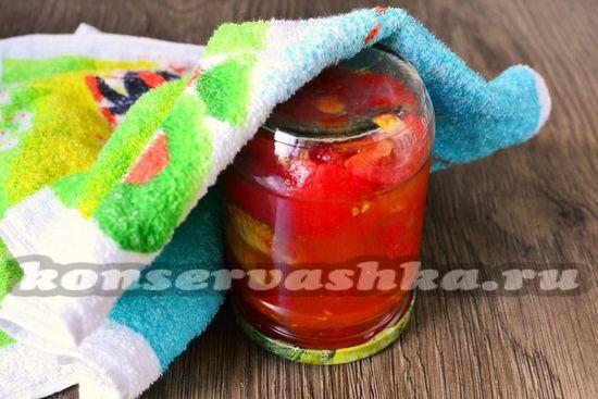 Выкладываем томаты в банки и закатываем