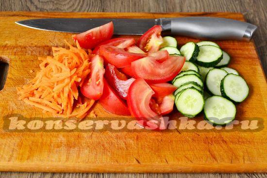 нарезать помидоры и огурцы, натереть морковь
