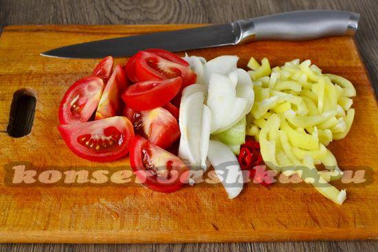 нарезать помидоры, перец и лук