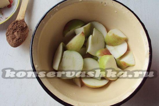 выложим нарезанные яблоки в миску