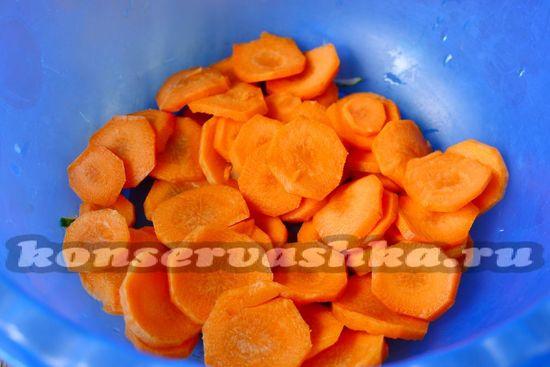 морковь нарезаем кружочками