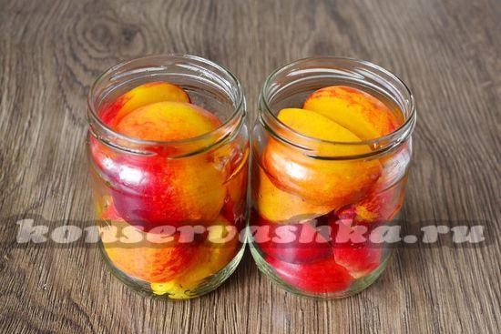 Накладываем кусочки персиков в подготовленные банки