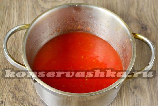 Перекручиваем на через мелкую решетку на мясорубке томаты