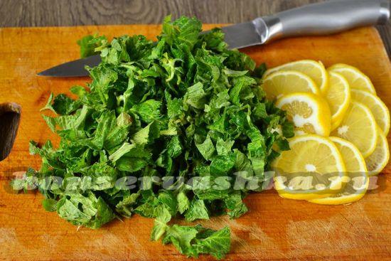 нарезать мяту и лимон