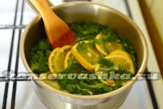 Заливаем водой мяту и лимон