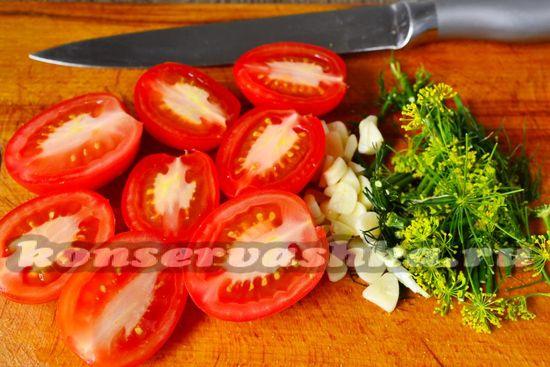 помидоры, чеснок и зелень нарезать