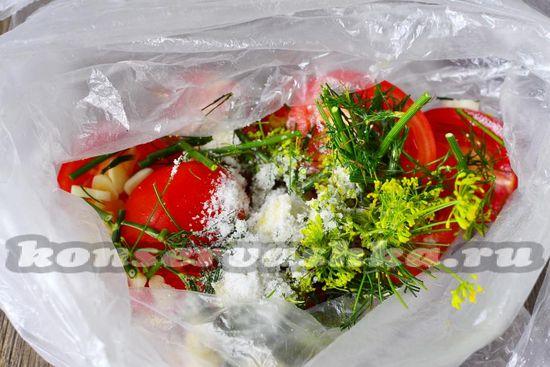 Выкладываем томаты в пакет. Посыпаем солью и сахаром.