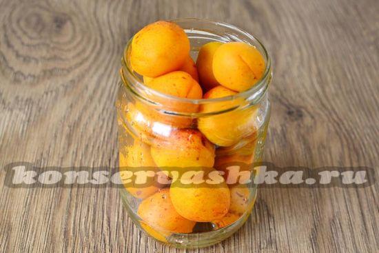 Раскладываем  абрикосы по баночкам