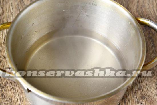 Ставим закипать воду с солью и сахаром