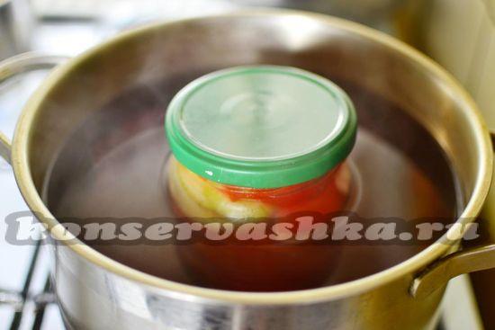 Заливаем маринад в баночки с томатами и луком.