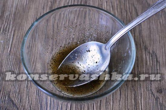 наливаем уксус и добавляем сахар, перец