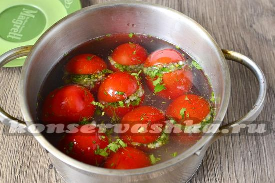 заливаем помидоры