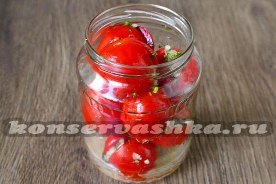 банки наполняем помидорами