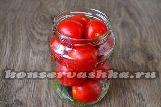 уложит укроп и помидоры