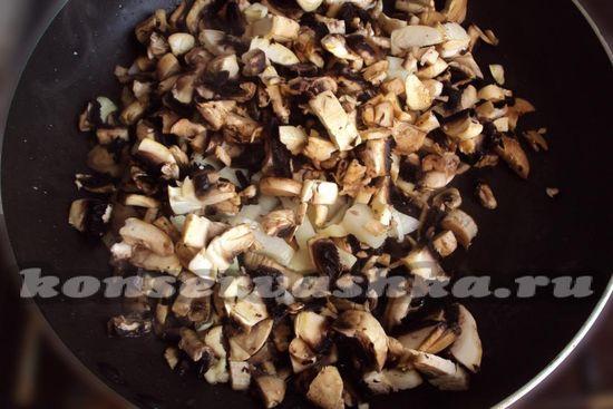 обжарим грибы и лук