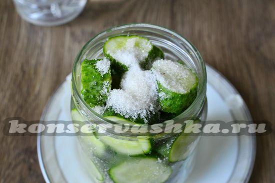 Посыпаем огурцы солью и сахаром