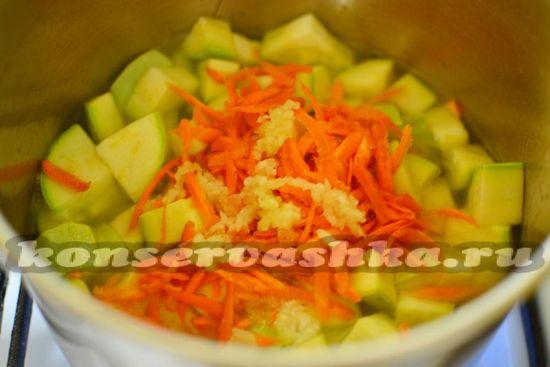 Всыпать морковь и чеснок
