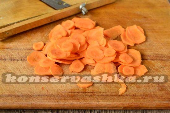 морковь нарезать ломтиками