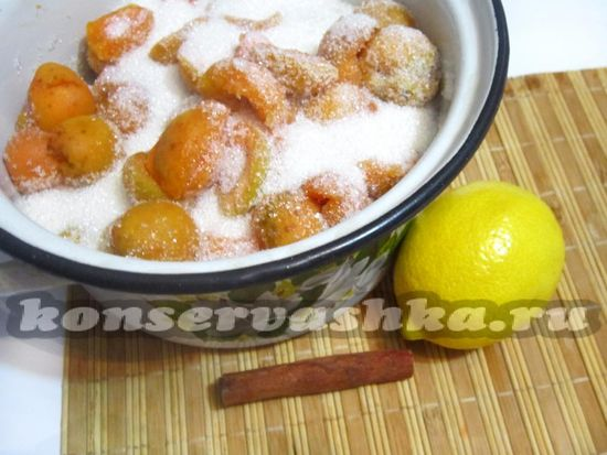 перемешать абрикос с сахаром