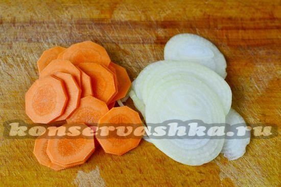 морковь и лук нарезаем кружочками