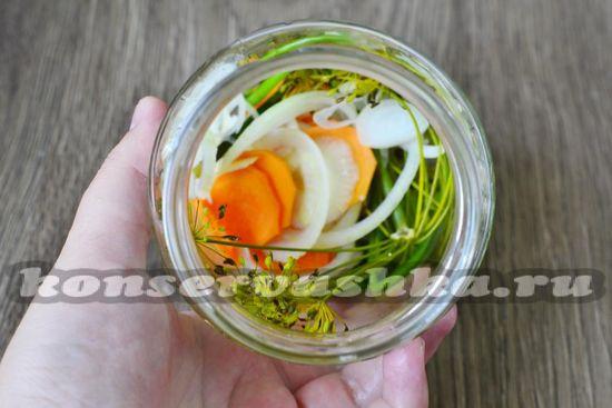 На дно банок кладем лук и морковь, укроп