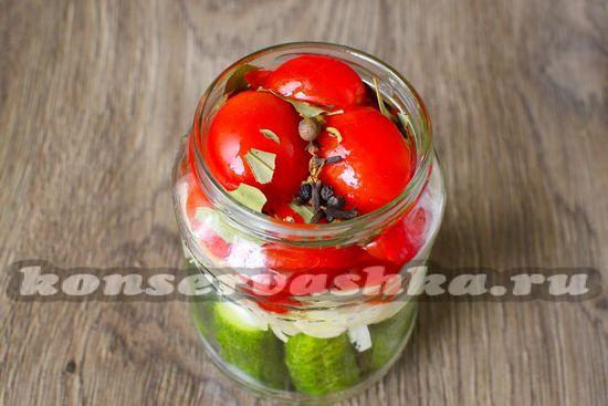 выложить помидоры и перец