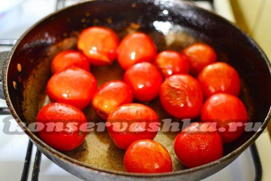 выкладываем помидоры  в масло