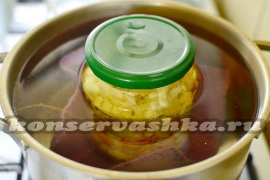 Стерилизуем закрутку в кастрюле с кипящей водой 10 минут