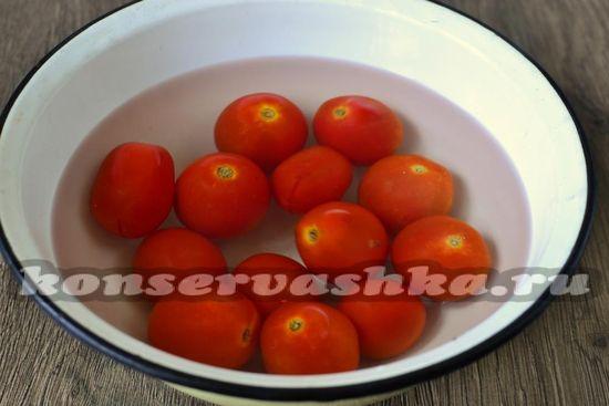 заливаем кипящей водой томаты