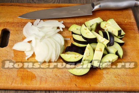 нарезать баклажаны и лук